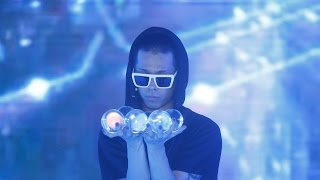 Crystal ball performance (Contact Juggling Amazing Performer)