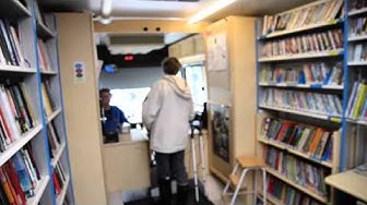Kirjastoauto sinnittelee saaristossa