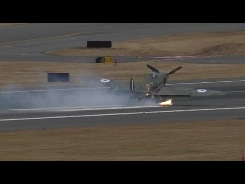 Accident! Hawker Hurricane [NX54FH] Loses a Tire at Paine Field ᴴᴰ