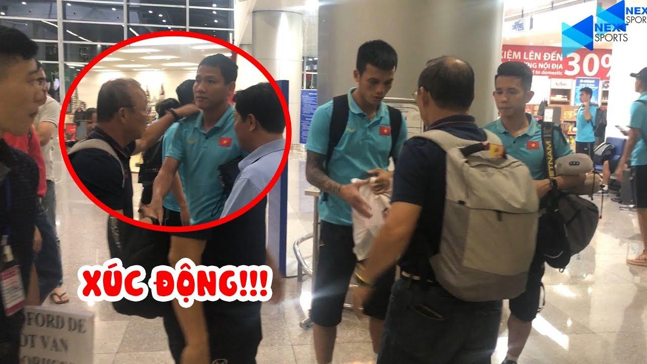 Thầy Park rưng rưng ôm Văn Toàn và các cầu thủ tại sân bay   NEXT SPORTS