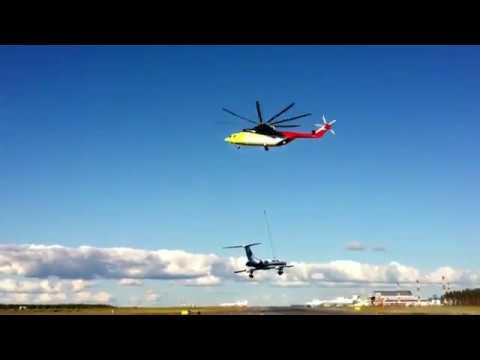 Самый большой вертолет в мире Ми-26 легко поднял Ту-134