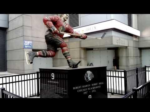 Chicago Blackhawks : statues de Stan Mikita et Bobby Hull au United Center
