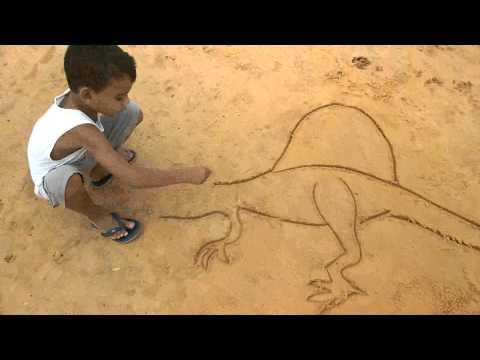 Erik desenhando na areia.