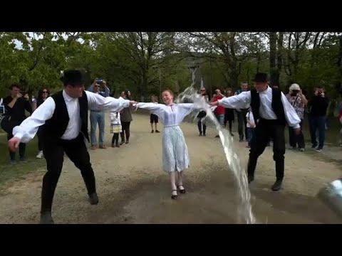 شاهد: رش الفتيات بالمياه لزيادة خصوبتهن... تقليد مجري قديم للاحتفال بعيد الفصح…  - 19:56-2019 / 4 / 22