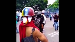 Mengharukan, Pria Ini Melawan Polisi Dalam Demonstrasi Dengan Musik!!!