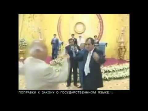 Президент Таджикистана поет песню