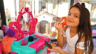 Masal Kendine Makyaj Yapıyor!  Masal Pretend Play Dress Up & Kids Make Up Toys