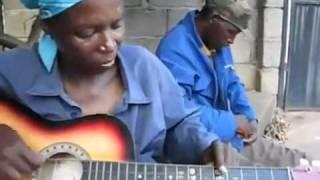 Phụ nữ châu Phi chơi đàn điêu luyện