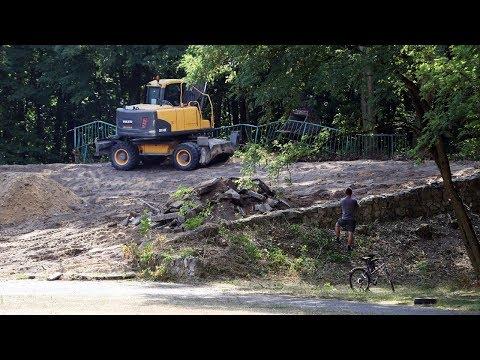 Rozbiórka amfiteatru w Parku Wolności w Pabianicach