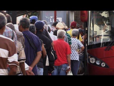 El martirio de viajar en bus o avión en Venezuela