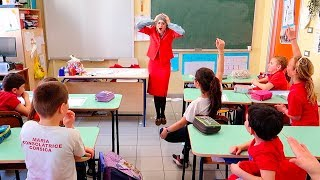 SCHERZO DEI ME CONTRO TE IN UNA SCUOLA: Si fingono insegnanti! Video