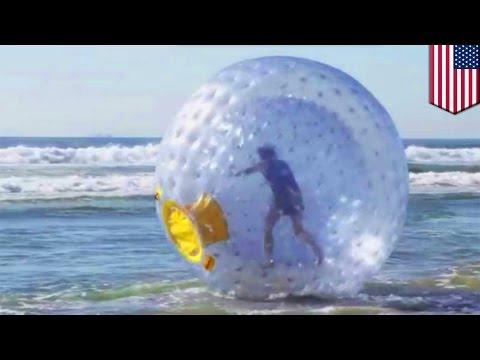 """Mężczyzna próbuje """"przebiec"""" ocean w dmuchanej kuli."""