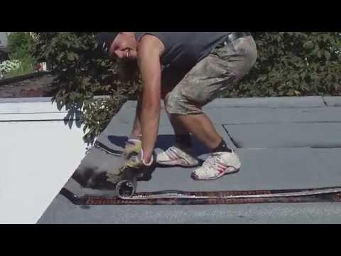 Augsburger Michel beim Flachdach schweissen - Augsburger Dachdecker