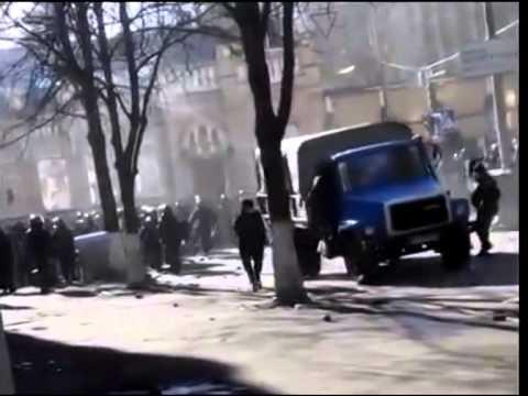 """Бандеровец давит машиной бойцов """"Беркут"""" (Киев)"""