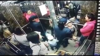 В BI Group началось расследование по факту падения панели лифта на ребенка(Видео: facebook/@Nurbek Seitkhaliyev Уважаемые посетители! Просим вас ознакомиться с Соглашением об использовании матер..., 2016-06-03T06:11:10.000Z)