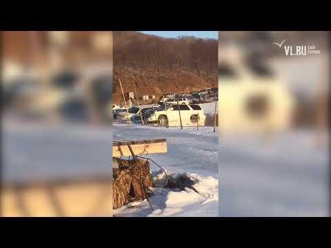 VL.ru - В бухте Воевода десятки машин ушли под лед