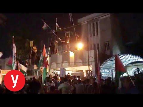 מחאה בעיראק: פרצו לשגרירות בחריין, שרפו דגלי ישראל