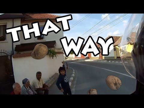 (Motor)Bike Ţigan cu pietre/Gypsy throwing rocks + FAIL