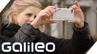 Warum haben Handys ein Loch neben der Kamera?   Galileo   ProSieben