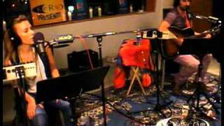 Pete Yorn and Scarlett Johansson performing a cover of The Kinks' '...