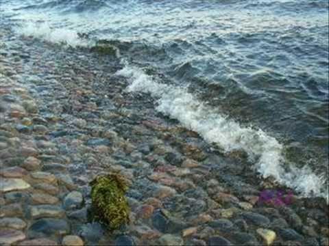 Скачать песню Олег Погудин (запись 1980 года) - След мой волною смоет,   А я на берег с утра приду опять...   Море Ты слышишь, море -   Твоим матросом хочу я стать