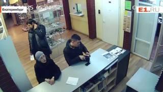 Мужчина стащил борсетку рассеянного покупателя магазина