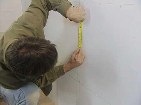 C mo instalar losas en las paredes del ba o youtube for Losas de pared