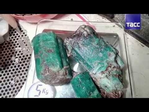 Изумруд весом более 1 кг пытались незаконно продать на Урале