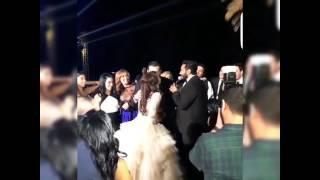 بالفيديو.. كندة علوش تتلقى 100 قبلة من عمرو يوسف بأمر تامر حسني!