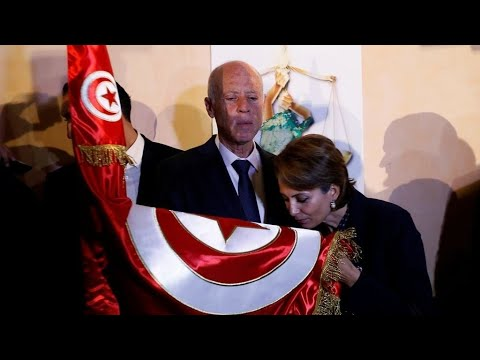 هيئة الانتخابات التونسية: قيس سعيّد رئيسا للبلاد بنسبة 72,71 بالمئة من الأصوات  - نشر قبل 3 ساعة