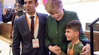 Herzerweichend: Afghanischer Junge will Merkels Hand berühren