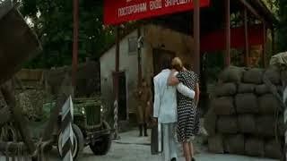 Анна Семенович несет мужчину в фильме Гитлер капут