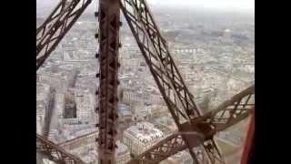 Dalam Lift Menuju Puncak Menara Eiffel