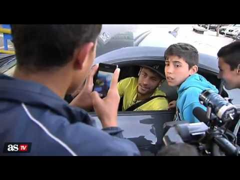 Neymar llega al entrenamiento del barcelona en su coche