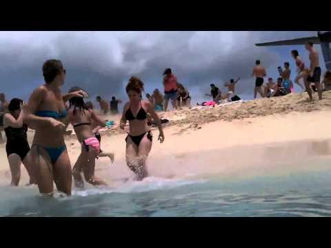 Девушек сносит на пляже  Girls blows at the beach Юмор! Прикол! Смех