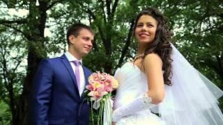 Свадьба в красивом месте.  Интервью жениха на свадьбе.