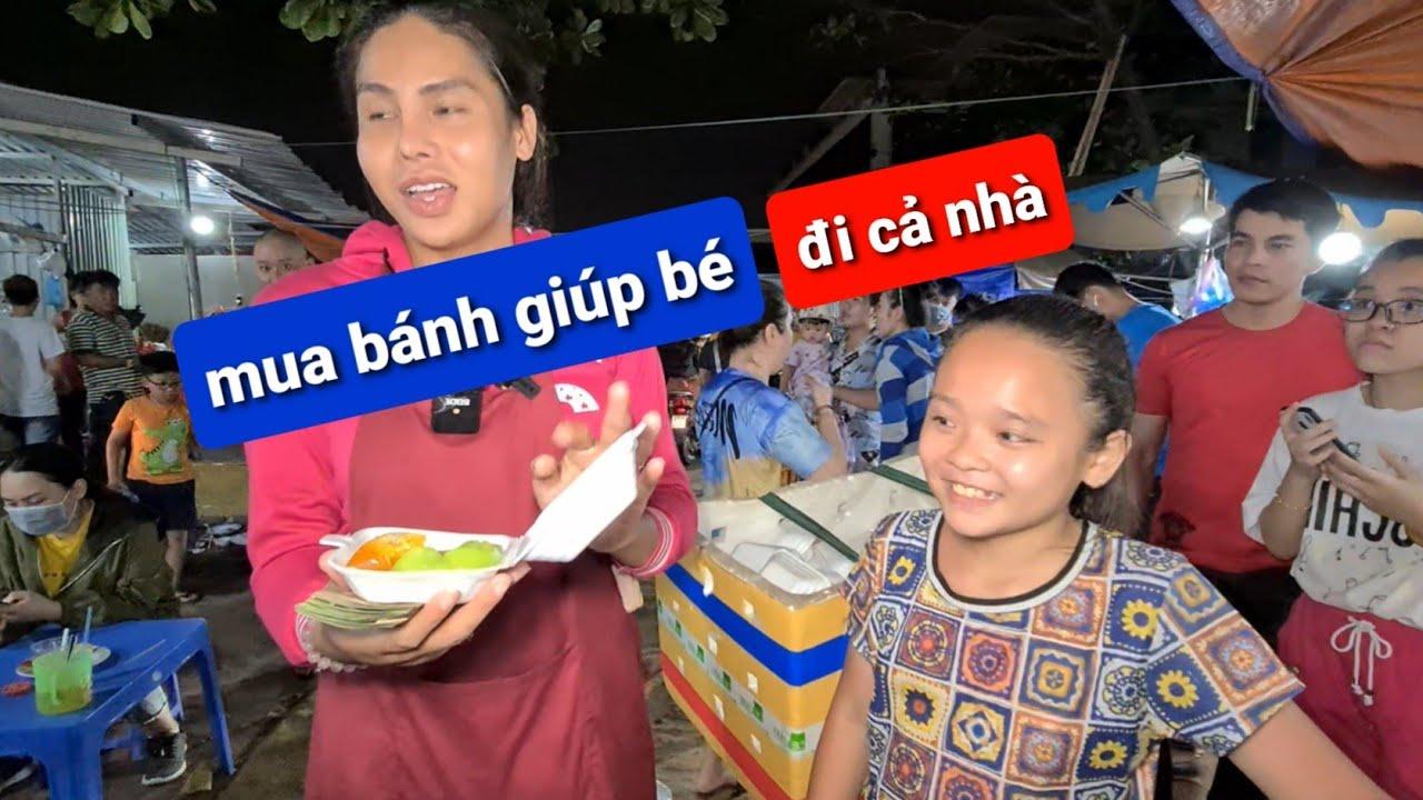DIVA Cát Thy vận động khách mua bánh giúp bé gái bán bánh đúc, bánh chuối | Bánh tráng trộn Cát Thy