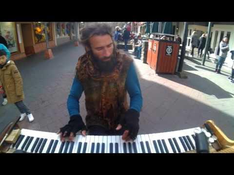 piano busker in Queenstown 4 avi
