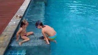 Уроки синхронного плавания, дети в бассейне