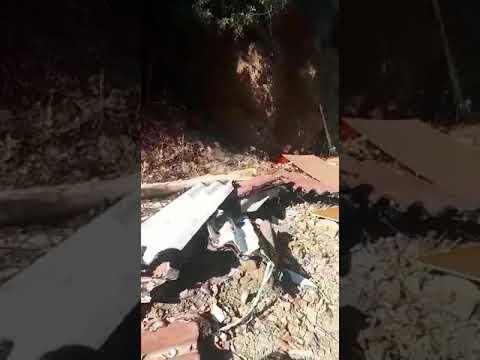 La basura y los escombros atestan la cuneta en la pista del Jaral