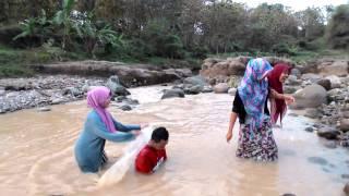 Ngintip 3 cewek cantik mandi di Sungai