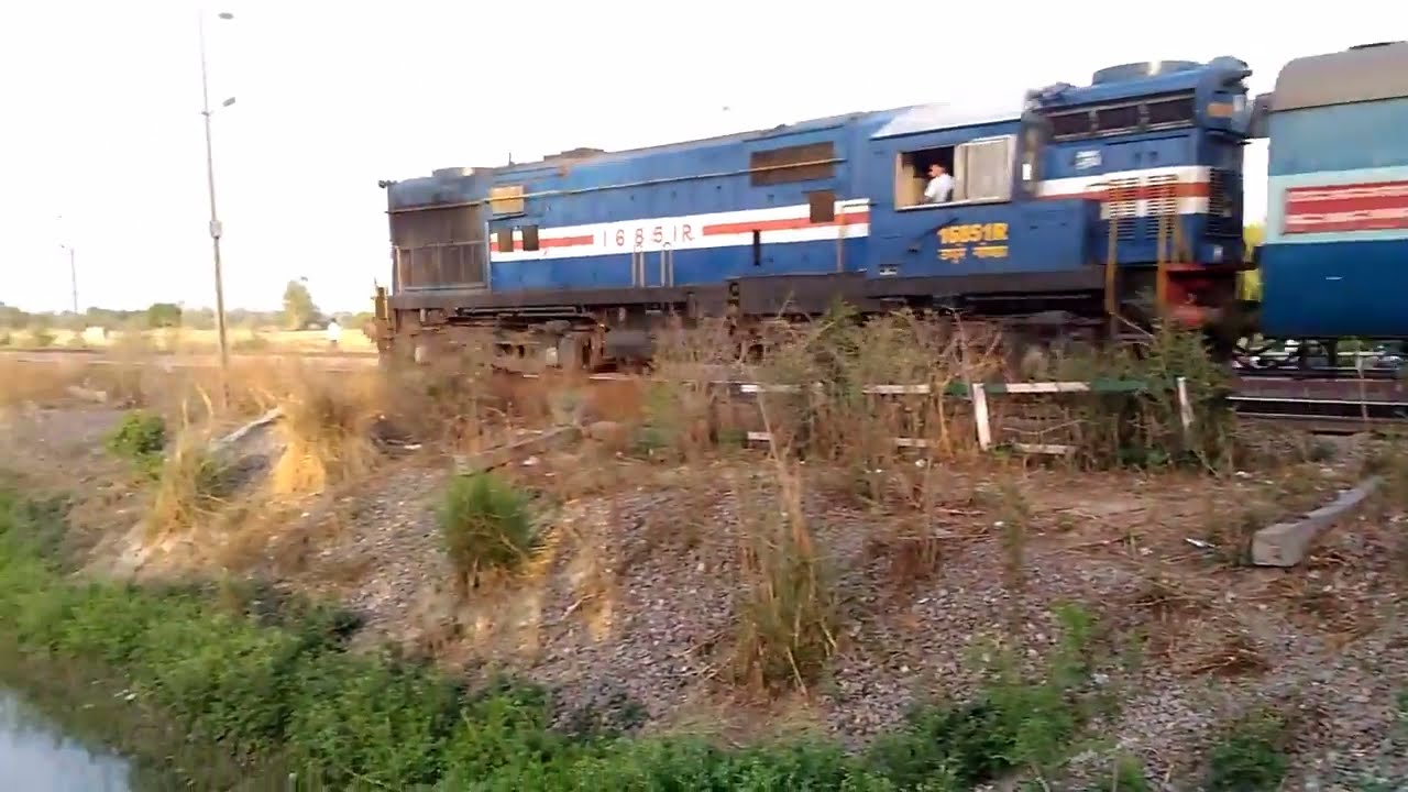 EMD Horn on Alco Locomotive | GD WDM-3A with 18192 Utsarg Express Crossing  Ajgain