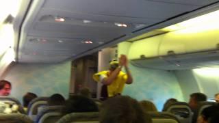 Corendon stewardess kan haar lach niet inhouden