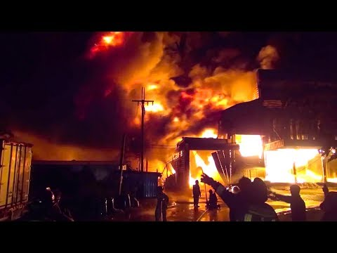 Thai workers escape from massive industrial fire