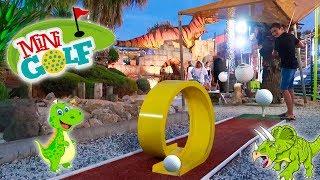 MINI-GOLF CHALLENGE !!! - Mère VS Fils - Parcours thématique chez les Dinosaures