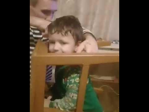 мальчик застрял в табуретке
