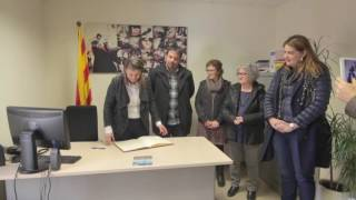 Hble. Sra. Meritxell Serret i Aleu signant el llibre d'honor de l'Ajuntament de Prats de Lluçanès