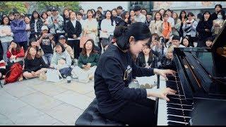 女子学生の鳥肌が立つピアノテクニック!  - ストリートピアノ