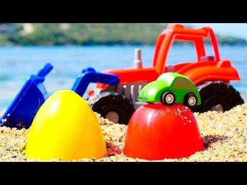 Видео для детей: Трактор и яйца с сюрпризом. Играем на пляже. #машинки и #игрушки для детей