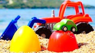 Видео для детей: Трактор и яйца с сюрпризом. Играем на пляже.
